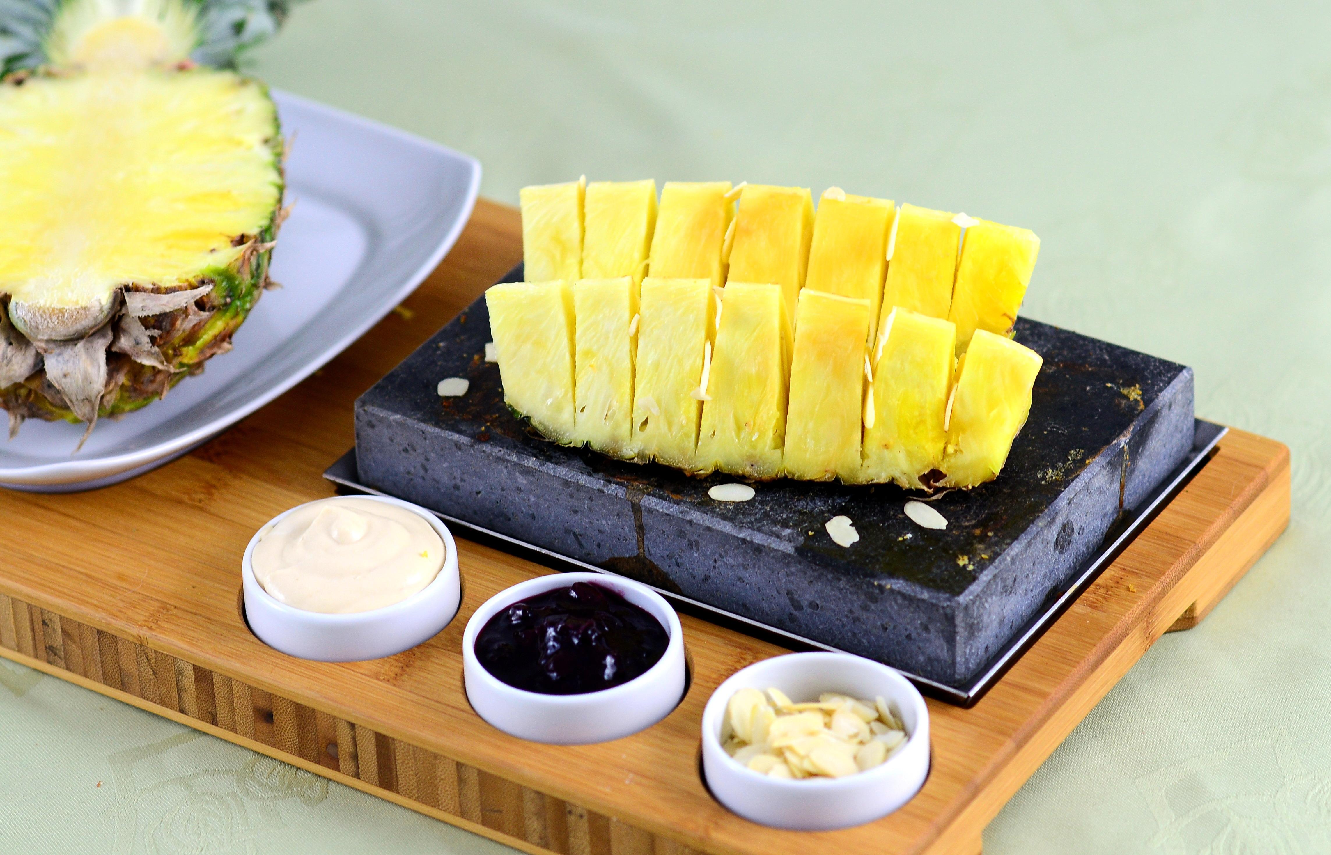 Grillowany na kamieniu wulkanicznym ananas z sosem kajmakowym